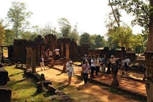Crowd at Banteay Srei