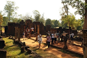 Crowd at Banteay Srei